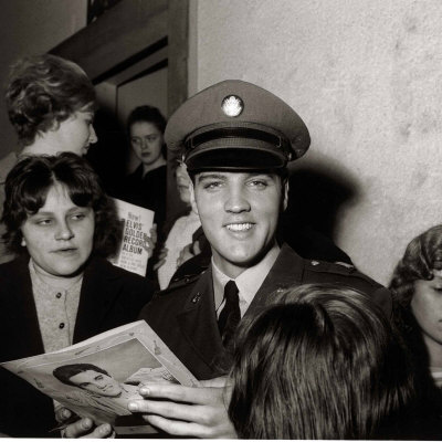 Elvis Presley Signs Autographs at ...