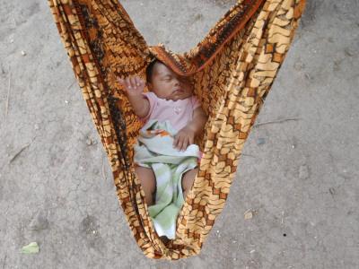 Baby im Wickeltuch Lamreh, Indonesia