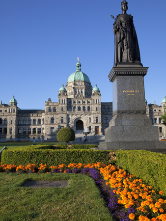 Statue of Queen Victoria and Parliament Building, Victoria, Vancouver Island, British Columbia, Can