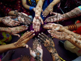 Pakistani Girls Show Their Hands Painted with Henna Ahead of the Muslim Festival of Eid-Al-Fitr Fotografie-Druck