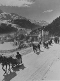 Sunday Sleigh-Rides in Snow-Covered Winter-Resort Village St. Moritz Fotografie-Druck
