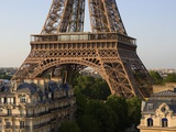 Eiffel Tower and Apartment Buildings Fotografie-Druck