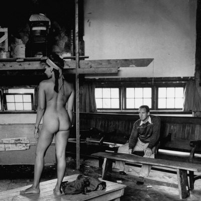 CRTUD00Z Male Student Sketching Nude Female Model During Life Class at Skowhegan Art ...