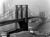 View of the Brooklyn Bridge and the Skyscrapers of Manhattan's Financial District Papier Photo par Andreas Feininger