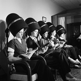 Women Aviation Workers under Hair Dryers in Beauty Salon, North American Aviation's Woodworth Plant Papier Photo par Charles E. Steinheimer
