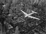 Douglas 4 Flying over Manhattan Papier Photo par Margaret Bourke-White