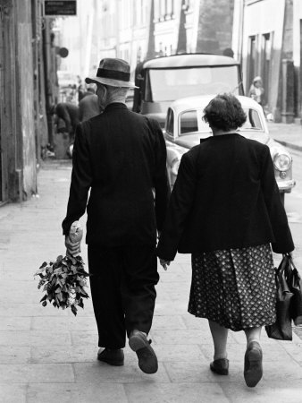 http://cache2.artprintimages.com/p/LRG/26/2694/DZTUD00Z/art-print/paul-schutzer-elderly-polish-couple-walking-hand-in-hand.jpg
