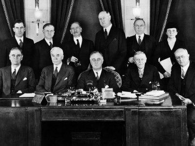 http://cache2.artprintimages.com/p/LRG/37/3729/TXQAF00Z/art-print/us-president-franklin-d-roosevelt-with-first-cabinet-1933.jpg