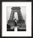 La Tour Eiffel En Liberté, 1969 Reproduction encadrée par Robert Doisneau