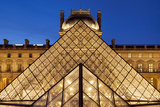 Glass pyramid and architecture of Musee du Louvre, Paris, France Tableau sur toile par Brian Jannsen