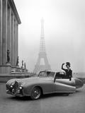 Mannequin en tailleur Jacques Fath à côté d'une automobile Delahaye 1947, avec la Tour Eiffel en toile de fond Tableau sur toile par Tony Linck