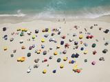 Umbrella Pattern on Beach Tableau sur toile par Roger Wright