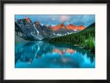 Moraine Lake Sunrise Colorful Landscape Reproduction encadrée par JamesWheeler