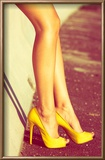 Woman Tan Legs In High Heel Yellow Shoes Outdoor Shot Summer Day Reproduction encadrée par Coka