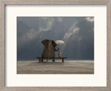 Elephant And Dog Sit Under The Rain Reproduction encadrée par Mike_Kiev