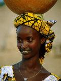 Smiling Peul (Or Fula) Woman Balancing Calabash on Her Head, Djenne, Mali Papier Photo par Ariadne Van Zandbergen