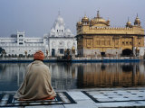 Sikh Man Meditating in Front of the Golden Temple, Amritsar, India Papier Photo par Anthony Plummer