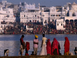 Pilgrims on Ghats of Pushkar Lake  Pushkar  Rajasthan  India