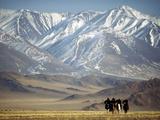Four Eagle Hunters in Tolbo Sum, Golden Eagle Festival, Mongolia Papier Photo par Amos Nachoum