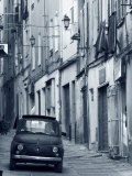 Fiat dans une rue étroite, Sassari, Sardaigne, Italie Papier Photo par Doug Pearson