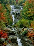 Un ruisseau sillone les rochers Papier Photo par Medford Taylor