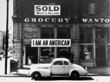 """Store Sign Reads, """"I am an American,"""" After Pearl Harbor Attack, and """"Sold"""", Following Evacuation Papier Photo par Dorothea Lange"""
