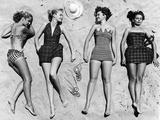 Mannequins au soleil portant des vêtements de plage à la mode Papier Photo par Nina Leen