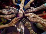 Jeunes filles pakistanaises montrant leurs mains décorées au henné pour le festival musulman de Eid-Al-Fitr Papier Photo par Khalid Tanveer