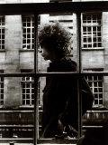 Bob Dylan passant devant une vitrine de magasin à Londres, 1966 Papier Photo