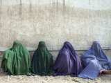 Women Wearing Burquas Wait to be Received at a Clinic Papier Photo