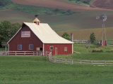 Barn and Windmill in Colfax  Palouse Region  Washington  USA