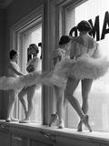 Ballerines sur le rebord de la fenêtre dans la salle de répétition de l'Ecole Américaine de Ballet de George Balanchine, New York Papier Photo par Alfred Eisenstaedt