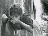 Actress Sophia Loren Drinking Water from Spigot During the Filming of Madame Sans Gene Aluminium par Alfred Eisenstaedt