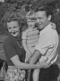 Actor John Mills Posing for a Picture with His Wife and Daughter Juliet Aluminium par Tony Linck