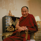 Tibetan Spiritual Leader in Exile Dalai Lama in Smiling Portrait Photo premium par Ted Thai