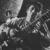 Ravi Shankar Passionately Playing the Sitar Aluminium par Paul Schutzer