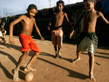Children Play Soccer at a Shelter in the City Maraba Papier Photo