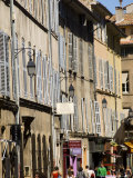 Shoppers on Rue D&#39;Italie in Aix-En-Provence