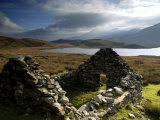 Ruins of Shephed&#39;s Hut at Llyn Y Dywarchen  Gwynedd  North Wales  UK