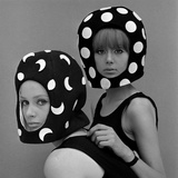 Celia Hammond and Patty Boyd in Edward Mann Dots and Moons Helmets, 1965 Reproduction d'art par John French