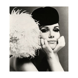 Nicole de la Marge portant un chapeau velour Peter Shepherd, 1965 Reproduction d'art par John French