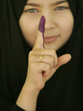 Young Girl Shows Her Inked Finger, Even Though She Was Too Young to Vote, in Karbala, Iraq Papier Photo