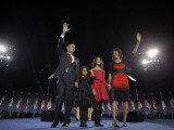 President-Elect Barack Obama and His Family Wave at the Election Night Rally in Chicago Papier Photo