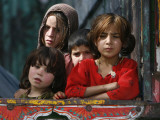 Children from Swat Arrive on a Truck at a Refugee Camp in Mardan, Northwest Pakistan Papier Photo