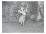"""[Le groupe folklorique de Lagny-sur-Marne  """"La Brie"""" Une femme en costume traditionnel"""