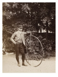 Edouard Eiffel  tenant un bicycle