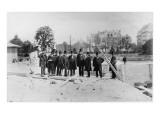Groupe d'hommes coiffés de hauts de forme sur le chantier des fondations de la Tour