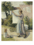 Femme étendant du linge