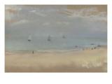 Au bord de la mer  sur une plage  trois voiliers au loin