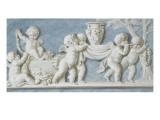 Amours et attributs vase porté sur un brancard
